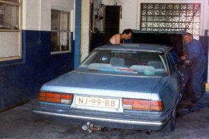 Mazda met kapotte motorkapvergrendeling, Maloja, Zwitserland, Juni 1994